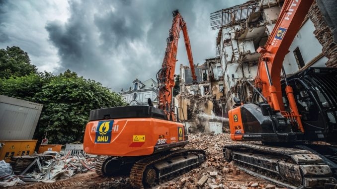 (1) The environmental division of BAUER Resources GmbH was tasked with the demolition of a 1950s residential building in the Lehel district of Munich
