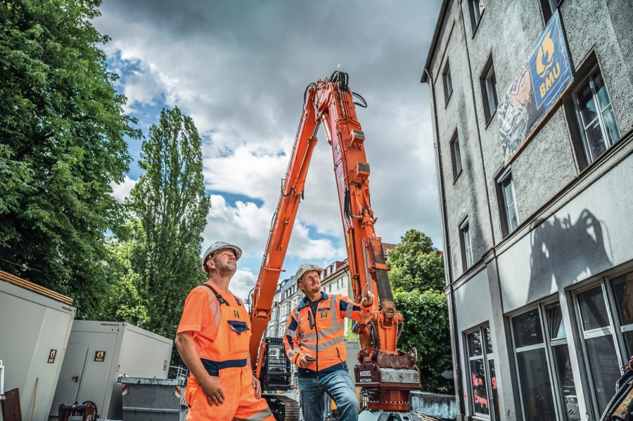 (2) Machine operator Heiko Gruschwitz (left) and senior foreman Erwin Resch.