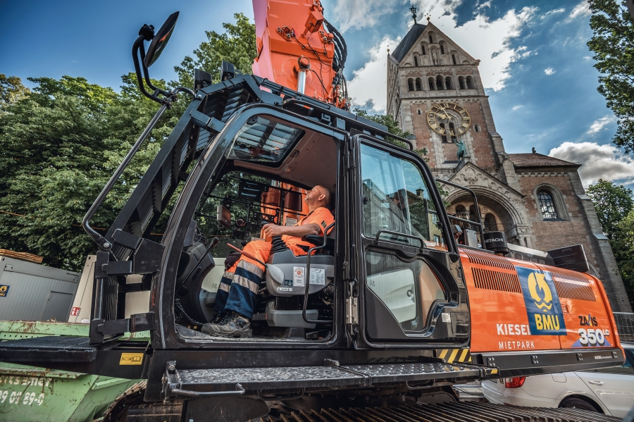 (3) A Longfront excavator weighing 44 t and with an arm length of 24 m was used. In total, around 3000 t of material were demolished and removed in the tightest of spaces.