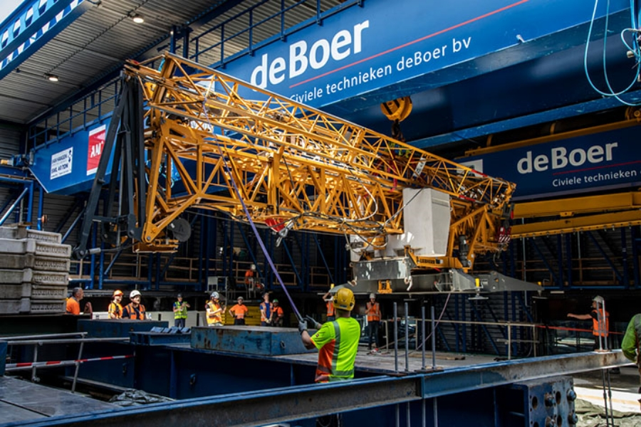 The dimensions of the 34 K made it fit snugly between the roof and the base of the lifting platform structure.