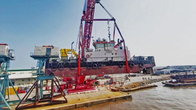 Mammoet's MTC 15 lifting the multicat at the LADOL quayside